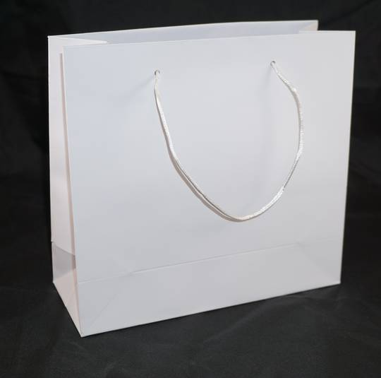 MEDIUM WHITE CARRY BAG WITH WHITE STRING HANDLES