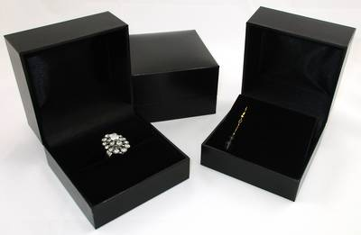 SC5EAR - XL EARRING BOX/PENDANT BOX LEATHERETTE BLACK NO LINE BLACK FLAP