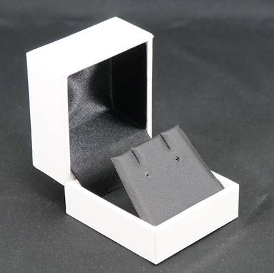 SDRFL - EARRING BOX LEATHERETTE WHITE NO LINE BLACK VINYL FLAP