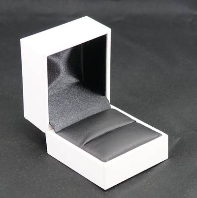 SDR - RING BOX LEATHERETTE WHITE NO LINE BLACK VINYL PAD
