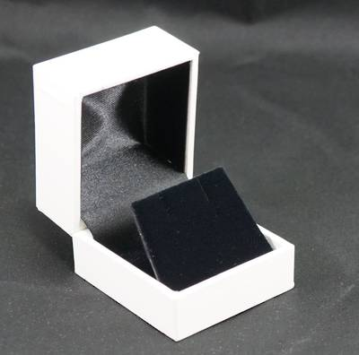 SDRFL - EARRING BOX LEATHERETTE WHITE NO LINE BLACK VELVET FLAP