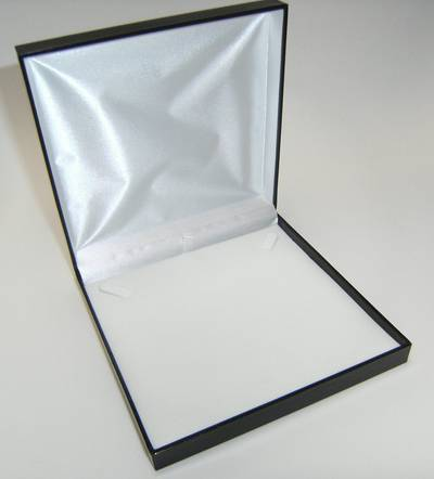 SDM - LARGE NECKLACE BOX LEATHERETTE BLACK NO LINE WHITE VELVET PAD