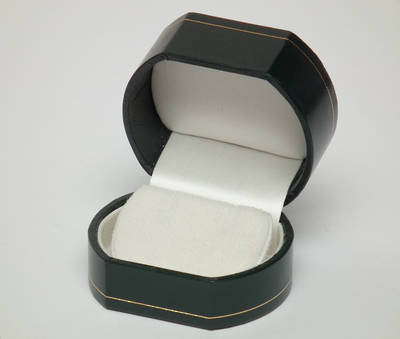 OVREFG - EARRING BOX LEATHERETTE GREEN WHITE FLAP